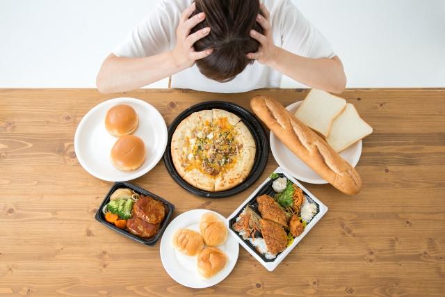 食べ物で悩む女性