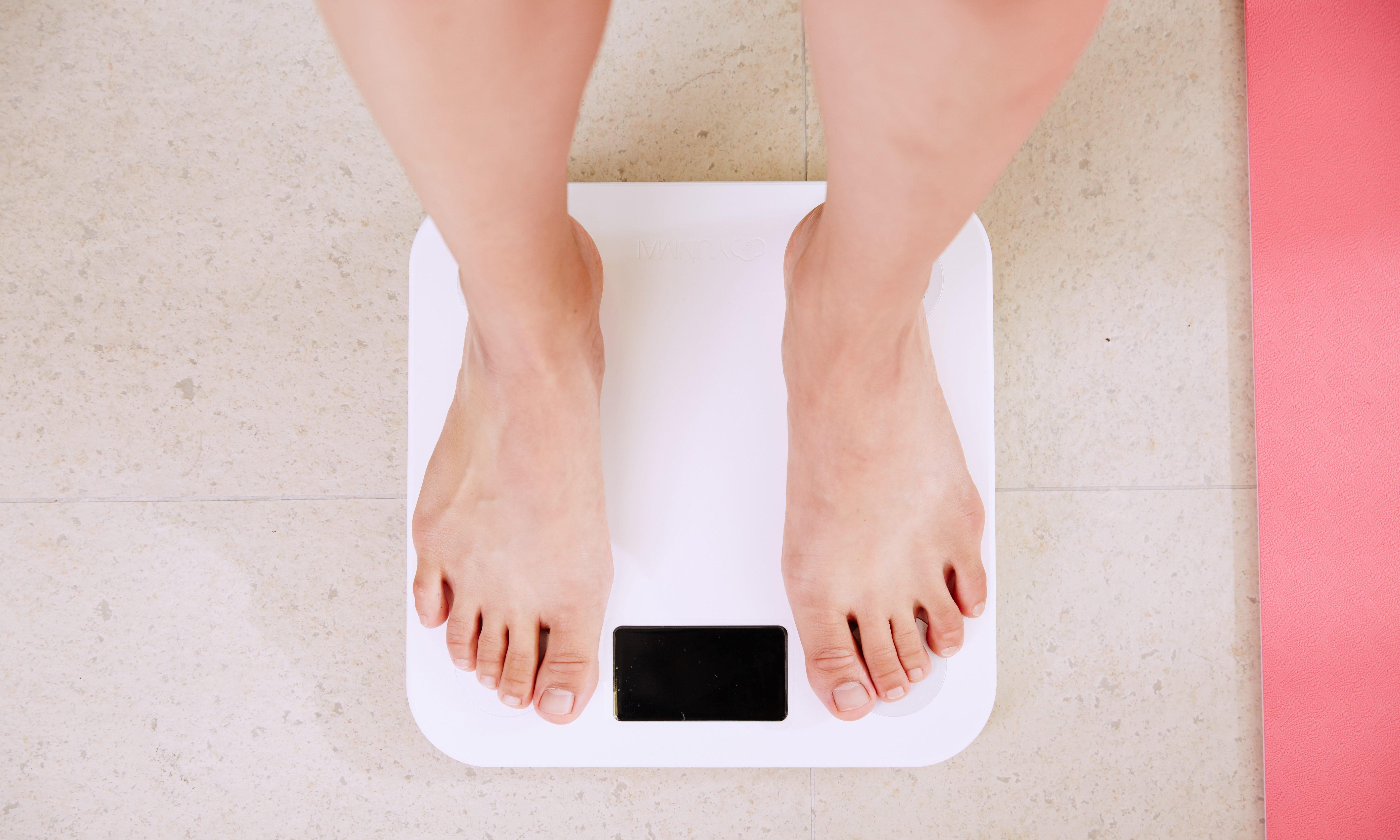 体重計に乗っている人の足元