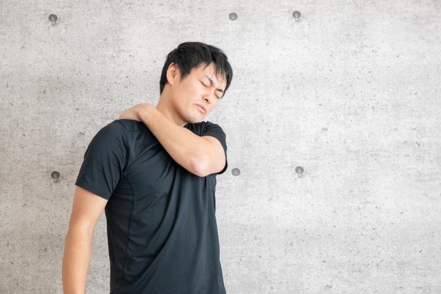 肩を抑える男性