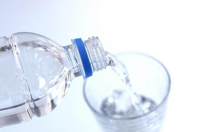 コップに水を入れる