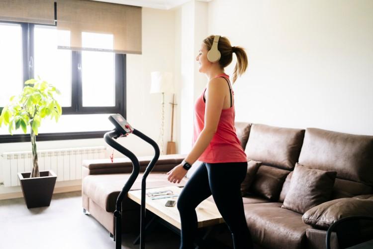 自宅で運動する女性