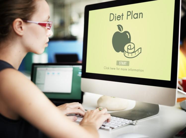 ネットでダイエットについて調べる女性