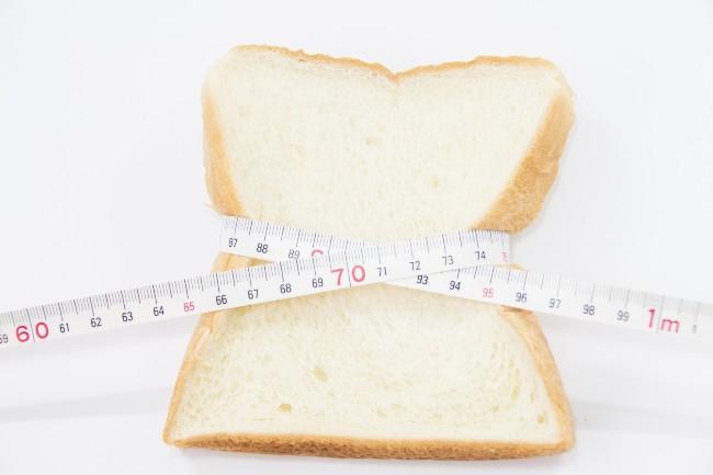 食パンにメジャーを巻く